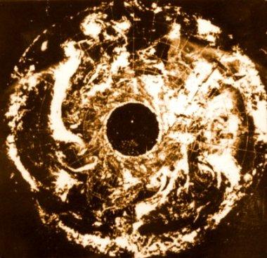 foto prodotte dal satellite americano Essa 7, scattate il 23 novembre 1968, in cui si evidenzia l'apertura polare